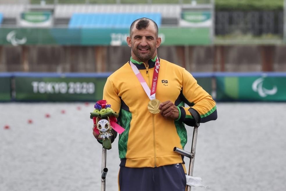 Fernando Rufino com a medalha de ouro — Foto: Miriam Jeske/CPB @miriamjeske.photo