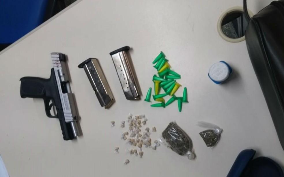 Arma e drogas foram apreendidas com o suspeito, segundo SSP (Foto: Divulgação/SSP)