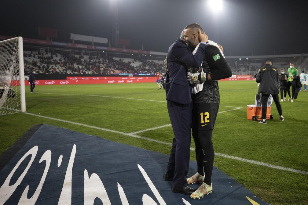Goleiro Weverton é abraçado por Tite após vitória da Seleção: Brasil venceu em jogo de muitas dificuldades em Santiago — Foto: Lucas Figueiredo / CBF