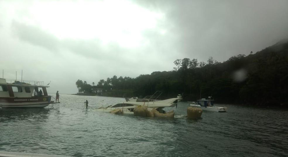 Lancha passa por procedimento chamado de 'desflutuação' para submergir e ser rebocada — Foto: Corpo de Bombeiros/Divulgação