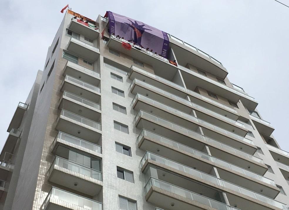 Triplex atribuído a Lula em Guarujá foi invadido por 50 militantes do MTST e do Povo Sem Medo (Foto: Solange Freitas/G1)