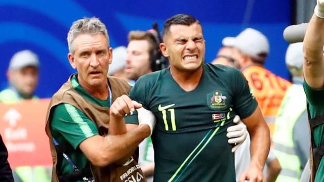 Andrew Nabbout deixa Dinamarca x Austrália com dores no ombro