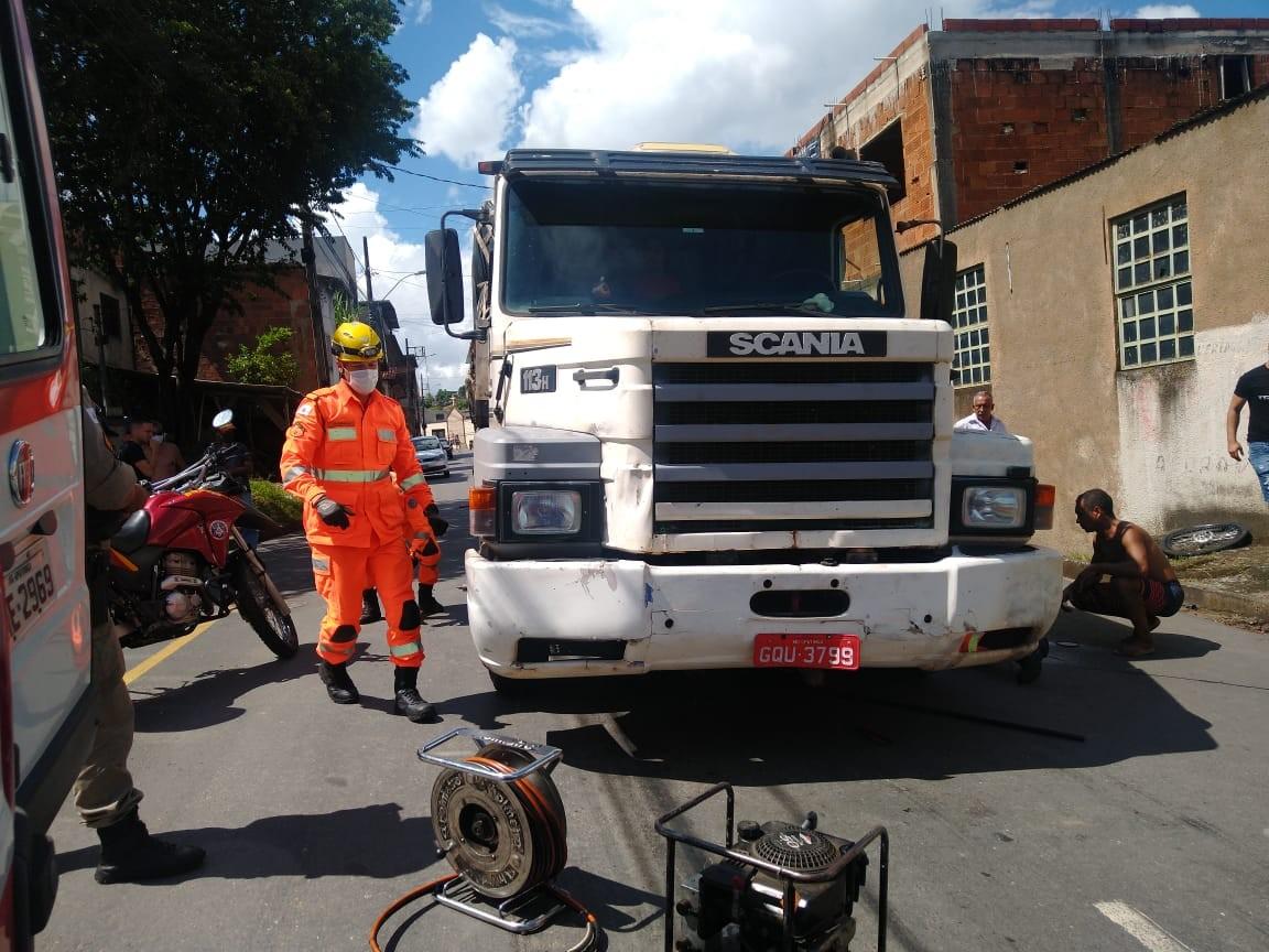 Adolescente fica gravemente ferido após ser atropelado por caminhão em Timóteo