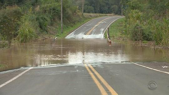 Nível dos rios começa a baixar, mas famílias seguem fora de casa no RS