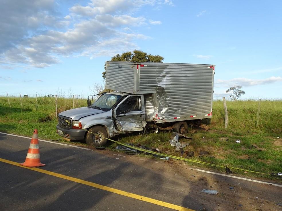 Carro bateu na lateral do caminhão baú em Riversul (SP) — Foto: ItapoNews/Divulgação