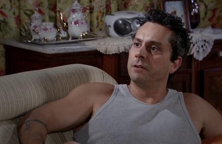 Baltazar (Alexandre Nero) passará a ser empregado de Crô e continuará dormindo no sofá da casa de Celeste (Dira Paes) Reprodução