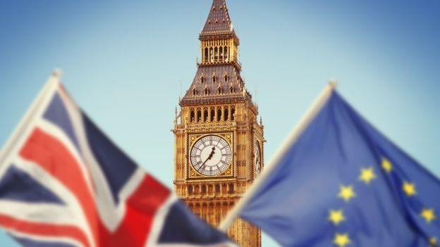 Parlamentaresm pró-Brexit questionam se o acordo garantirá, de fato, a retomada do controle das fronteiras do território britânico. Outros que defendem a permanência do Reino Unido na União Europeia querem um novo referendo (Foto: GETTY IMAGES via BBC)
