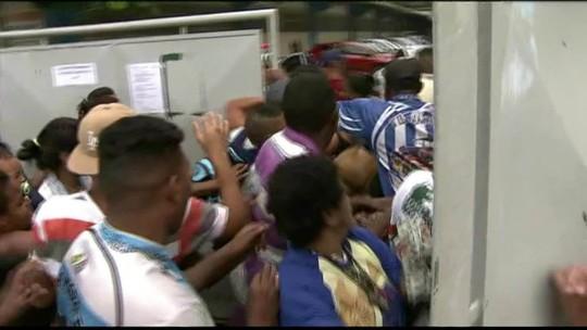 Multidão invade posto por vacina contra febre amarela em SP