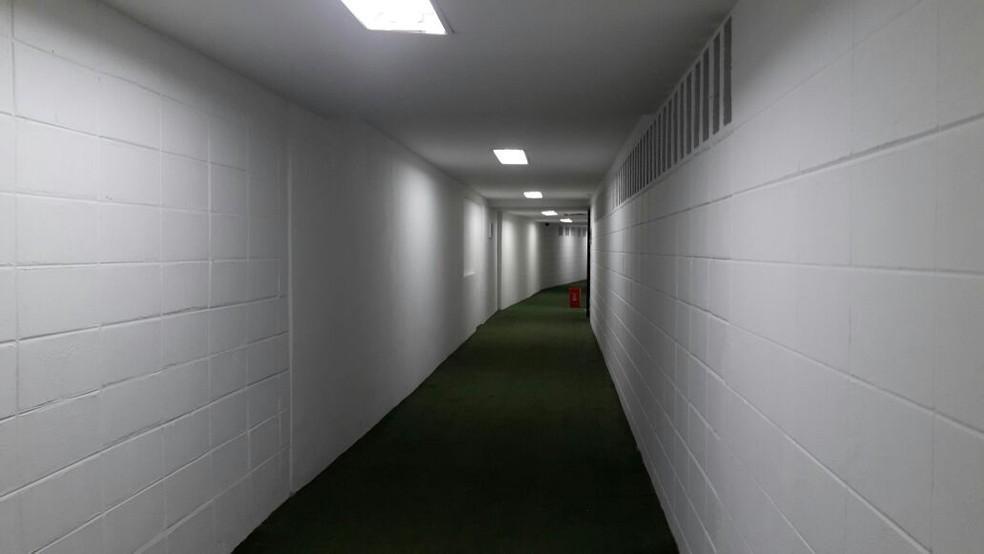 Este é o corredor que leva o time visitante ao campo (Foto: Bruno Giufrida)