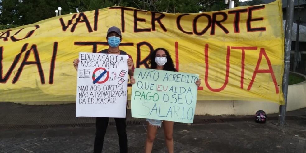 Cortes na verba da educação foram lembrados no ato contra o presidente Jair Bolsonaro, realizado em Rio Branco — Foto: Eldérico Silva/Rede Amazônica Acre