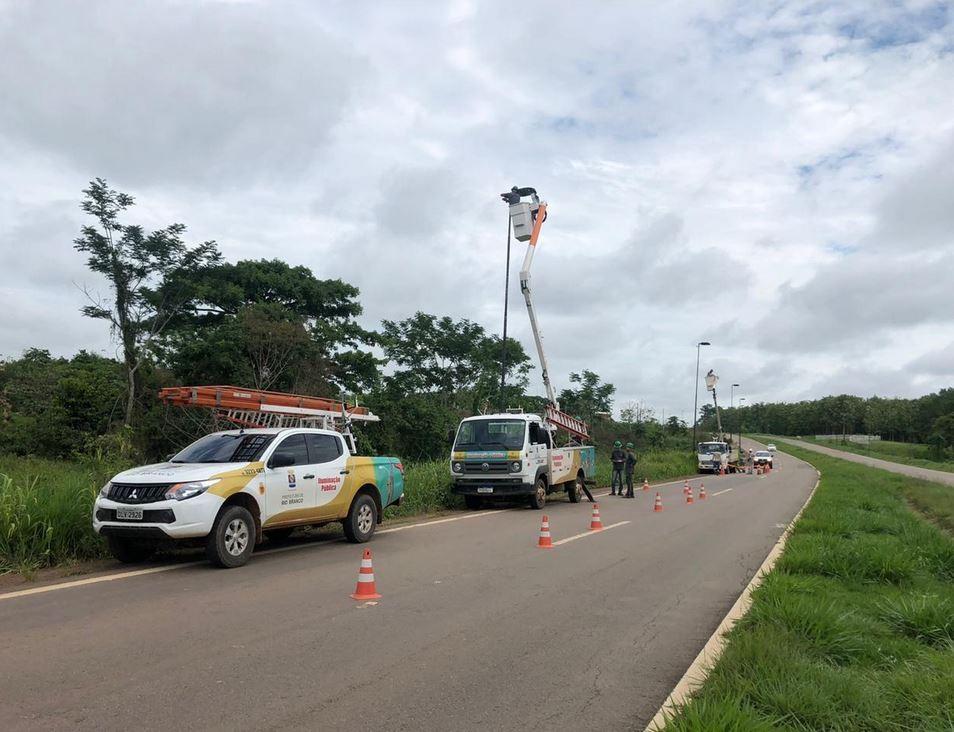 Iluminação de LED é instalada em estrada de acesso ao aeroporto de Rio Branco - Notícias - Plantão Diário