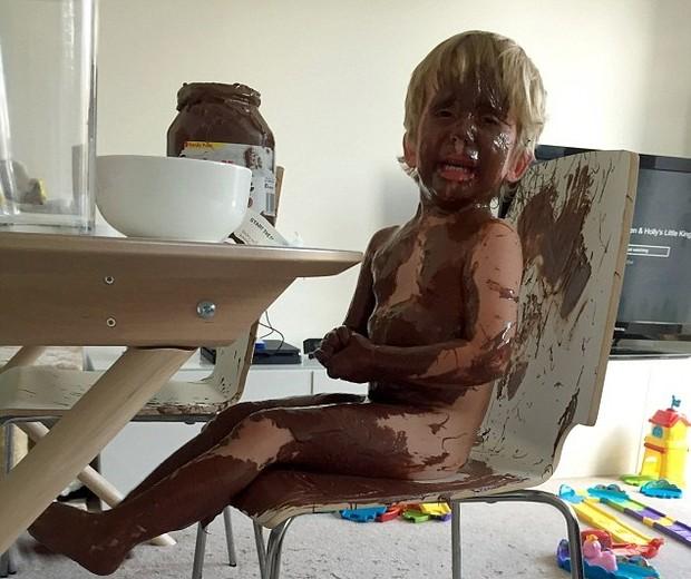 Clare compartilhou a foto de seu filho de 3 anos coberto em chocolate e o clique viralizou nas redes sociais (Foto: Reprodução/Facebook)