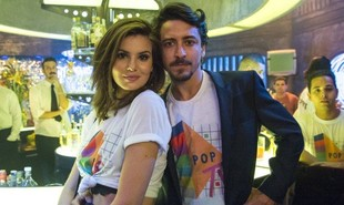 Jerônimo (Jesuíta Barbosa) surgirá com uma nova namorada no último capítulo de 'Verão 90', mas quando Vanessa (Camila Queiroz) reparecer ele voltará para a pilantra |  Estevam Avellar/ TV Globo