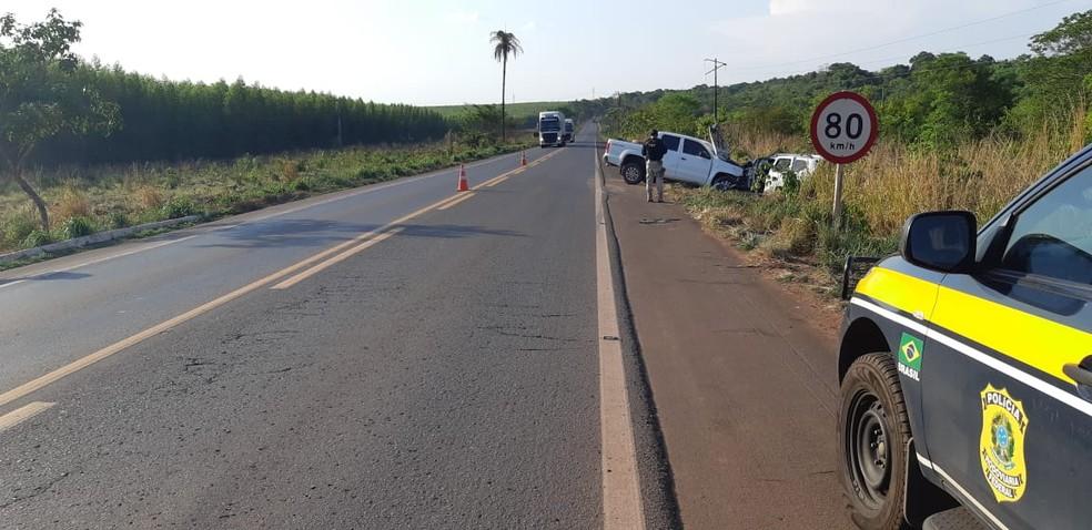 Motorista morre após colisão entre carro e caminhonete na BR-010. — Foto: Divulgação/PRF.
