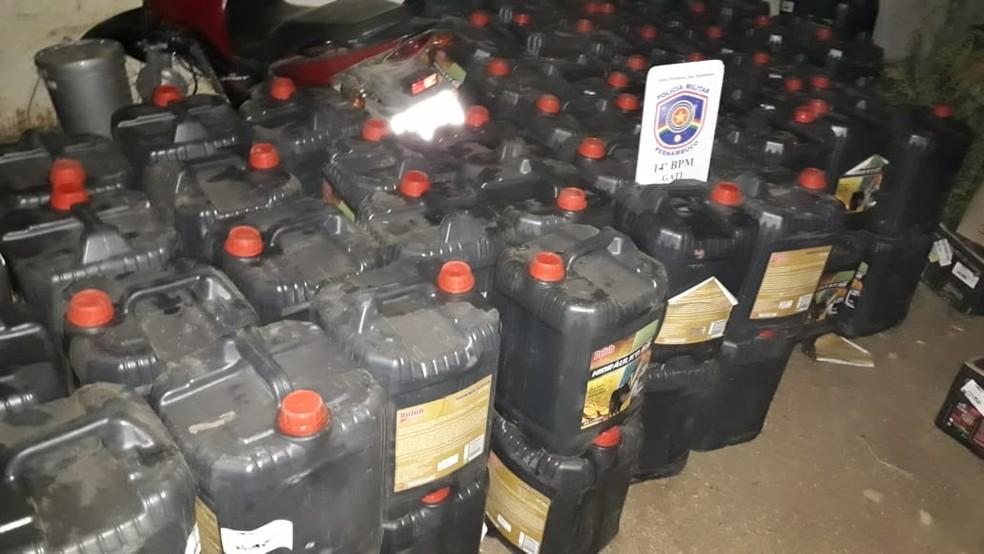 Mais de 3 mil unidades de óleo para veículos foram encontradas em um imóvel de Serra Talhada — Foto: Polícia Militar/Divulgação