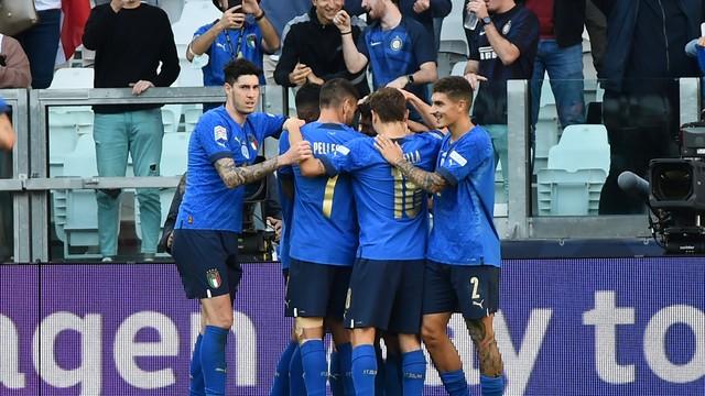 Jogadores da Itália comemoram segundo gol da Azzurra sobre a Bélgica