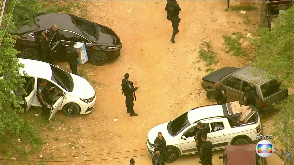 Policiais recuperaram carros roubados e parte da carga achada no Camarista Méier (Foto: Reprodução/ TV Globo)