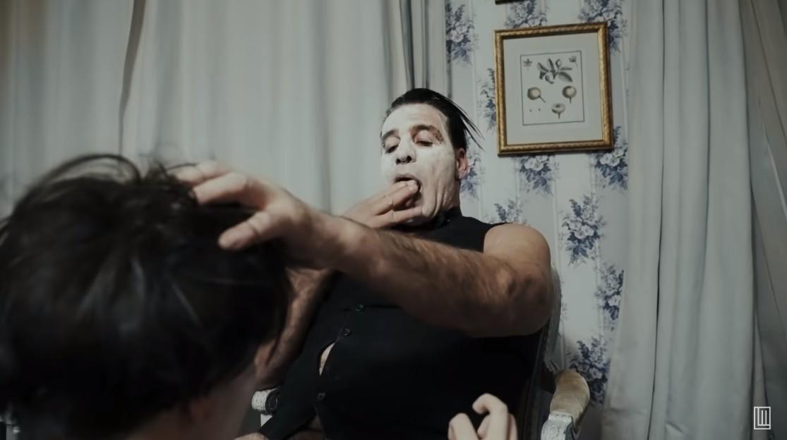 Till Lindemann, vocalista do Rammstein, lança clipe com cenas de sexo e versão explícita em site pornô