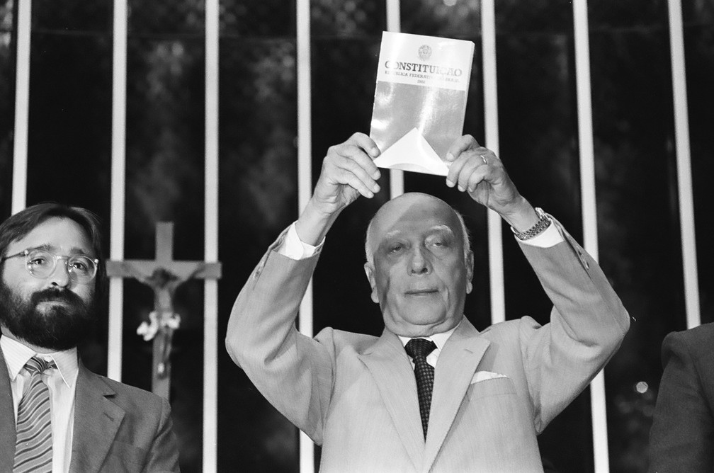 """O deputado Ulysses Guimarães, presidente da Assembleia Nacional Constituinte: """"Declaro promulgado o documento da liberdade, da democracia e da justiça social do Brasil"""" — Foto: Arquivo Agência Brasil"""
