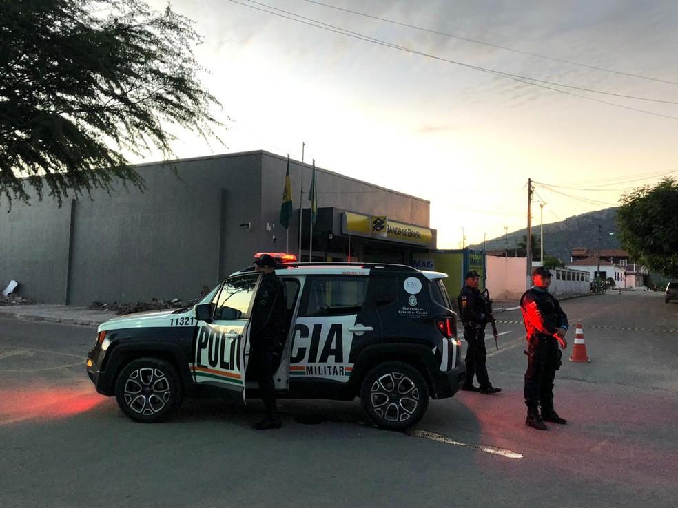 Agentes da Polícia Militar isolam a área em frente à agência bancária em Irauçuba. — Foto: Mateus Ferreira/TV Verdes Mares