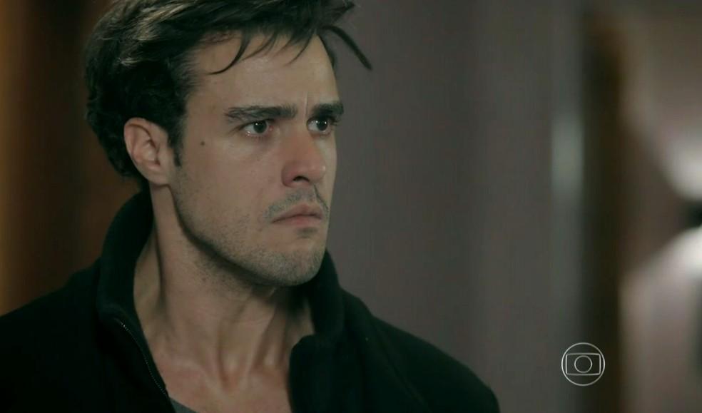 Enrico (Joaquim Lopes) se desespera quando Cláudio (José Mayer) lhe tira o restaurante - 'Império' — Foto: Globo