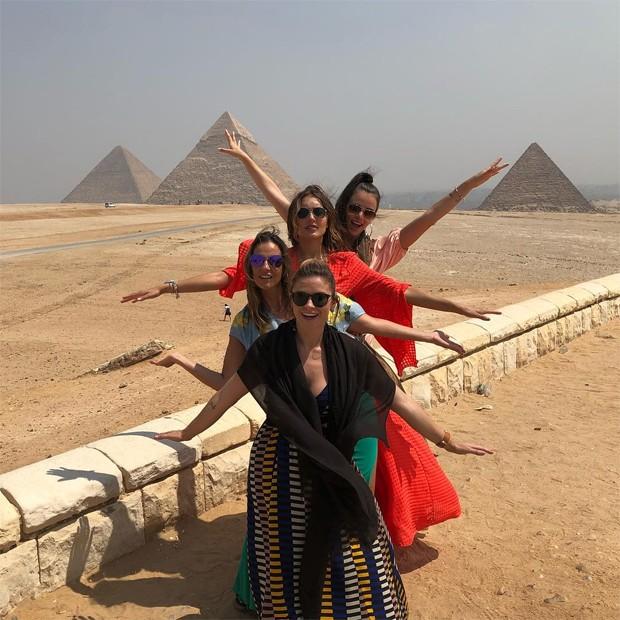 Jaque Ciocci, Luciana Cardoso, Renata Longaray e Daiane de Paula passeiam pelo Egito (Foto: Reprodução / nstagram)