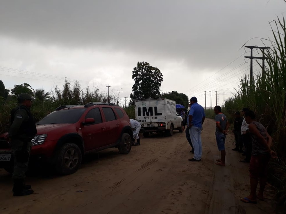 Carro da veterinária, um Duster vermelho, foi encontrado em uma estrada de terra, na zona rural de Igarassu, no Grande Recife — Foto: Daniele Fonseca/TV Globo