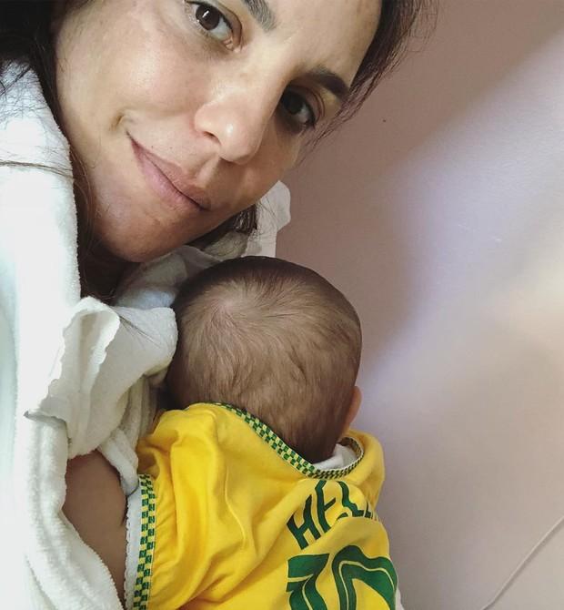 Helena curte a Copa do Mundo no colinho da mamãe (Foto: Reprodução/Instagram)