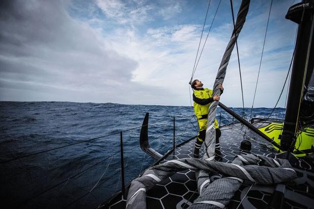 O velejador Alex Thomson no seu Hugo Boss IMOCA 60 (Foto: Divulgação)