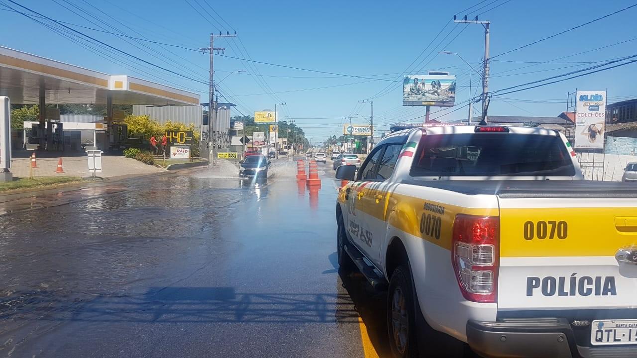 Maré alta causa alagamentos e complica trânsito em Florianópolis