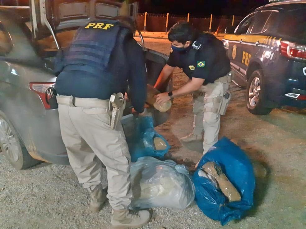 Dois homens são detidos com 69 kg de maconha e veículo roubado na BR 428, em Cabrobó — Foto: Polícia Rodoviária Federal/ Divulgação