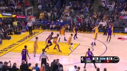 """Kobe ignora """"air ball"""", atuação ruim e vislumbra novo recorde dos Warriors"""