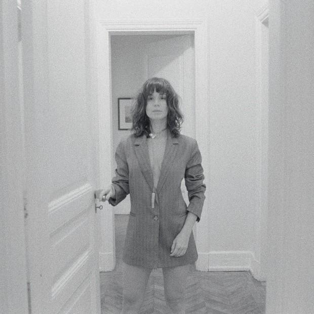 Mariana Ximenes veste joia-escultura by Valeska Soares na Vogue de setembro (Foto: Reprodução)