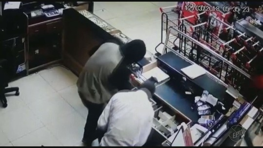 Quatro são presos com R$ 57 mil após quadrilha roubar supermercado e trocar tiros com a PM em Ituverava, SP; vídeo