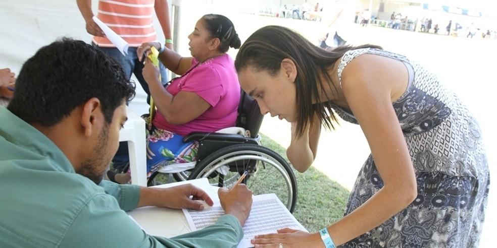Funcionários da Prefeitura de Cabo Frio auxiliaram os cadastrados no Programa