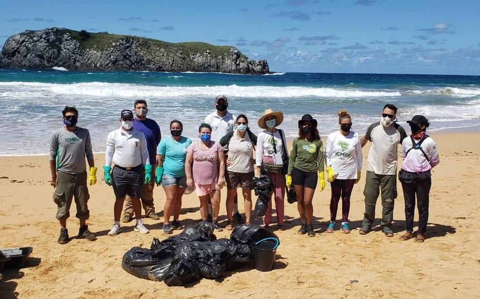 Equipe fez a coleta na Praia do Leão — Foto: Ana Clara Marinho/TV Globo