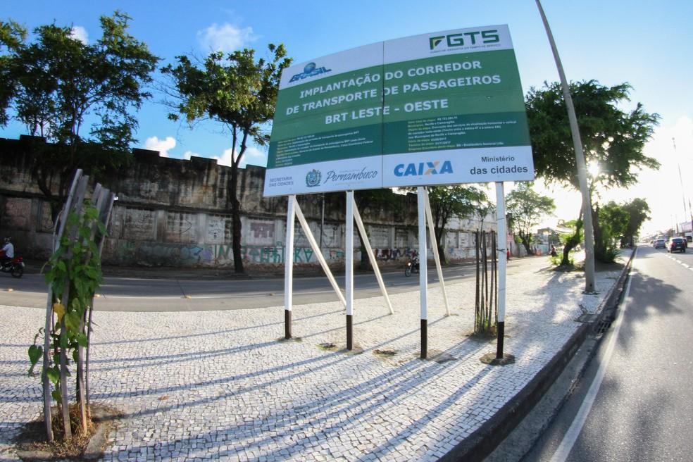 Placa mostra que implantação do corredor de BRT Leste-Oeste foi iniciada em dezembro de 2011; obra não foi totalmente concluída (Foto: Marlon Costa/Pernambuco Press)