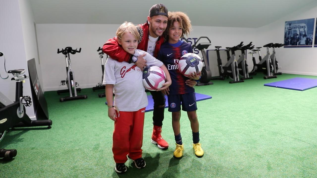 David Lucca, Neymar e o australiano Rudy, de 9 anos no jogo do PSG (Foto: Divulgação)