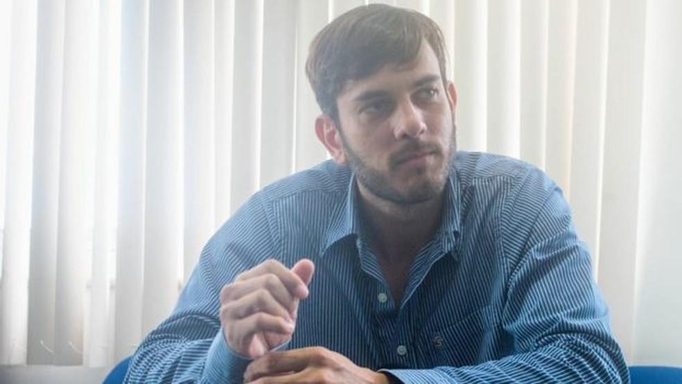 Perito Victor Portela, que fez análise das roupas e objetos que lampião estava usando na hora de sua morte — Foto: Ingryd Alves/BBC