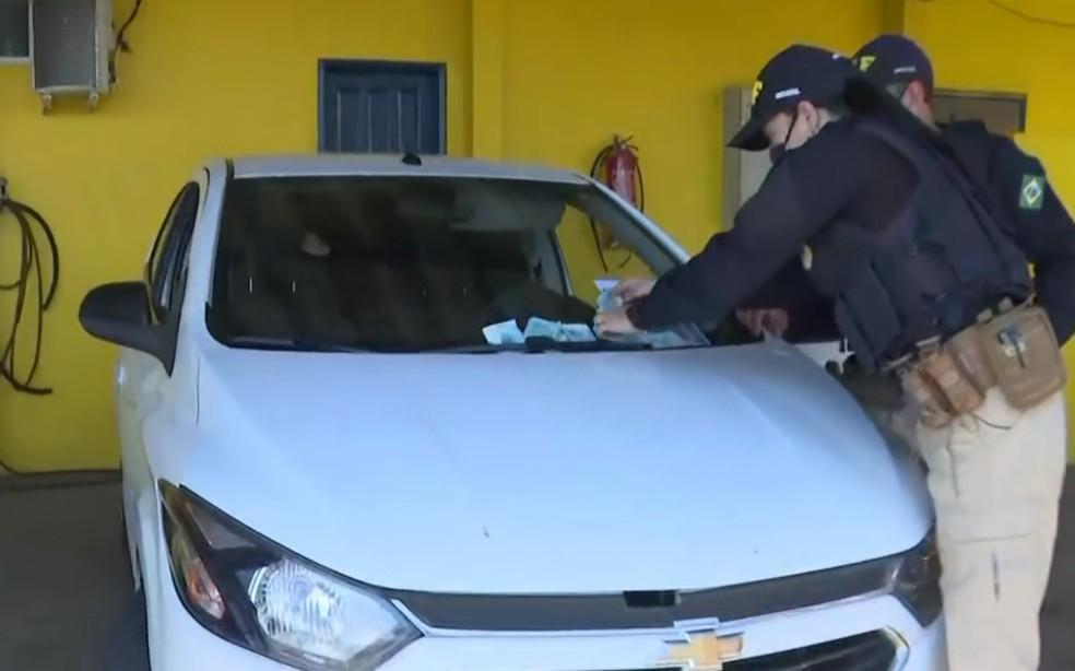 Veículo usado na fuga foi apresentado no posto da PRF em Simões Filho — Foto: Reprodução/TV Bahia