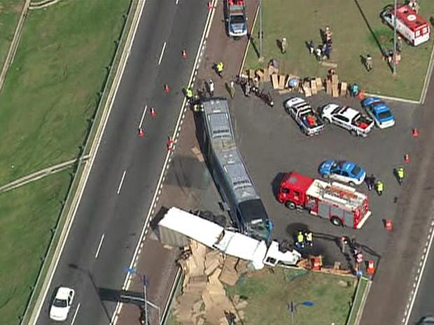 Bombeiros dos quartéis do Recreio e da Barra da Tijuca foram acionados para o acidente. (Foto: Reprodução/TV Globo)
