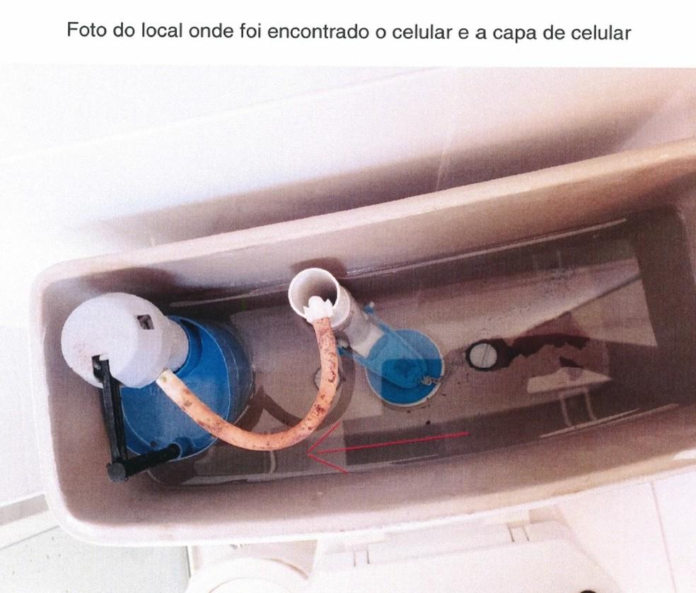 Imagem anexada a relatório da Polícia Federal mostra celular de advogado dentro de caixa hídrica de vaso sanitário — Foto: Reprodução/Polícia Federal