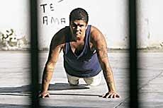 Pedrinho Matador fazendo flexões ainda na cadeia, em 2003