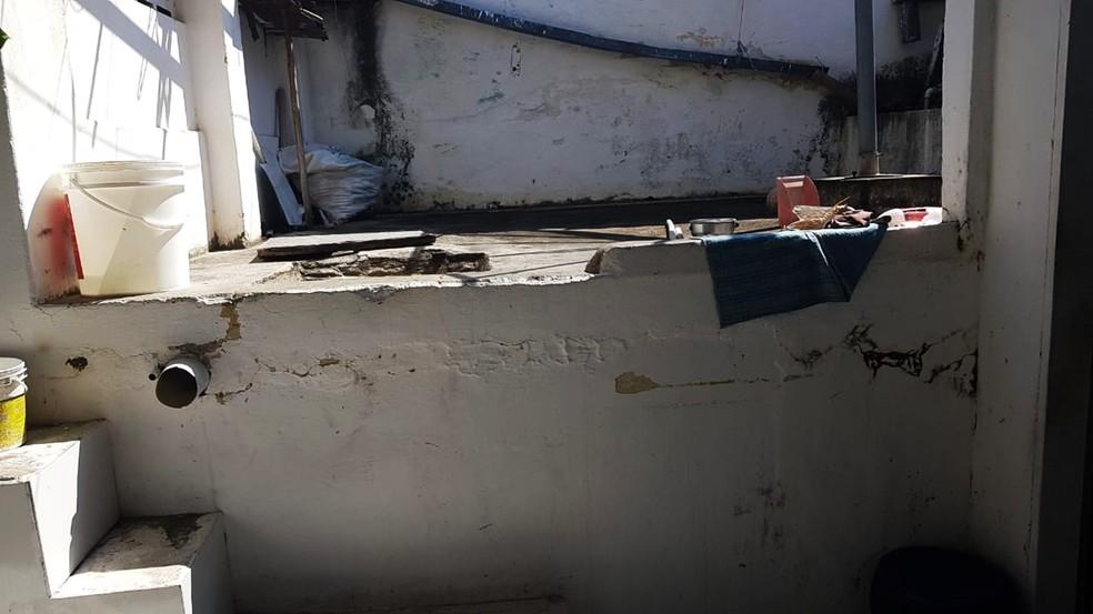 Cisterna fica nos fundos da casa  — Foto: PMRN