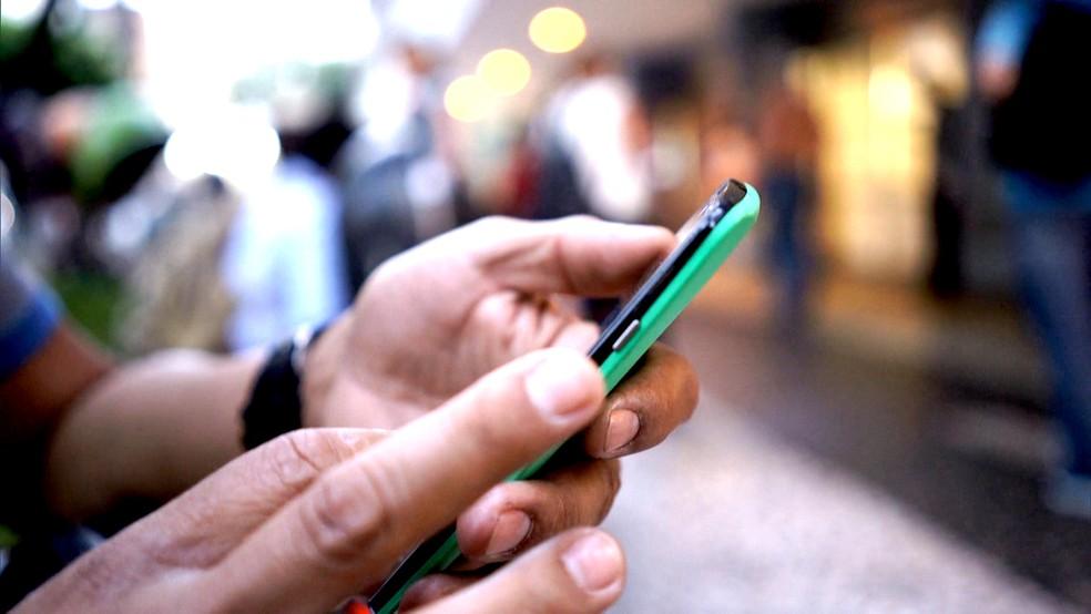 Especialistas recomendam que celulares sejam deixados longe dos quartos depois das 22h — Foto: TV Globo