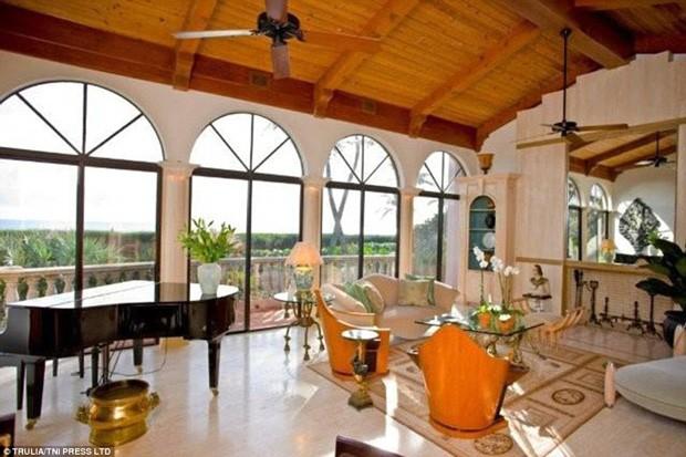 Casa na Flórida comprada por vocalista do Bon Jovi conta com piano em uma das salas (Foto: Trulia / TNI Press LTD / Reprodução)