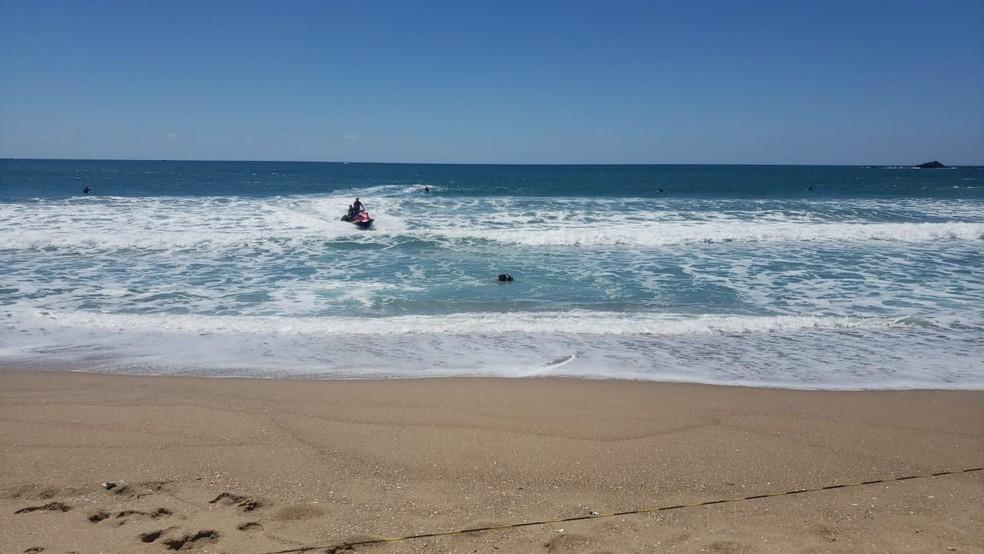 Dois homens foram resgatados após se afogarem em Florianópolis — Foto: Corpo de Bombeiros/Divulgação