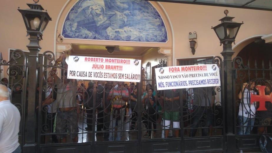 Portões fechados: com salários atrasados, funcionários do Vasco fazem protesto em São Januário