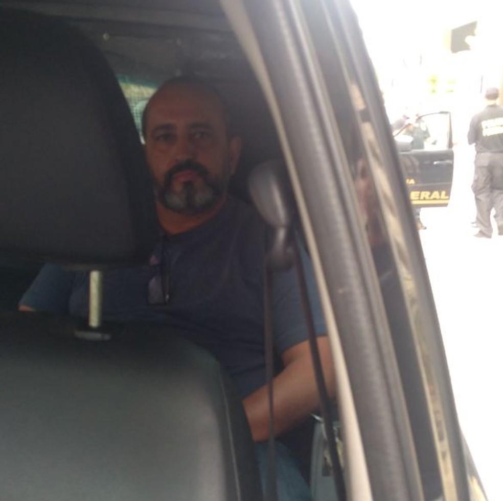 Claudio Moreira foi levado pela Polícia Federal (Foto: Renan Gouvêa/Inter TV)