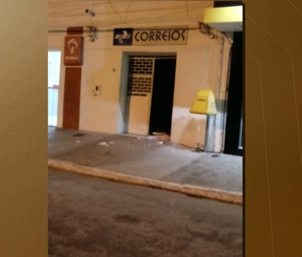 Homens em dois carros explodiram os correios na madrugada desta quinta-feira em Boa Vista, Paraíba (Foto: Reprodução / Tv Paraíba)